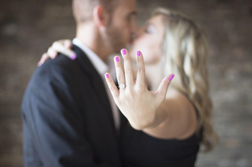 בני זוג לאחר הצעת נישואין