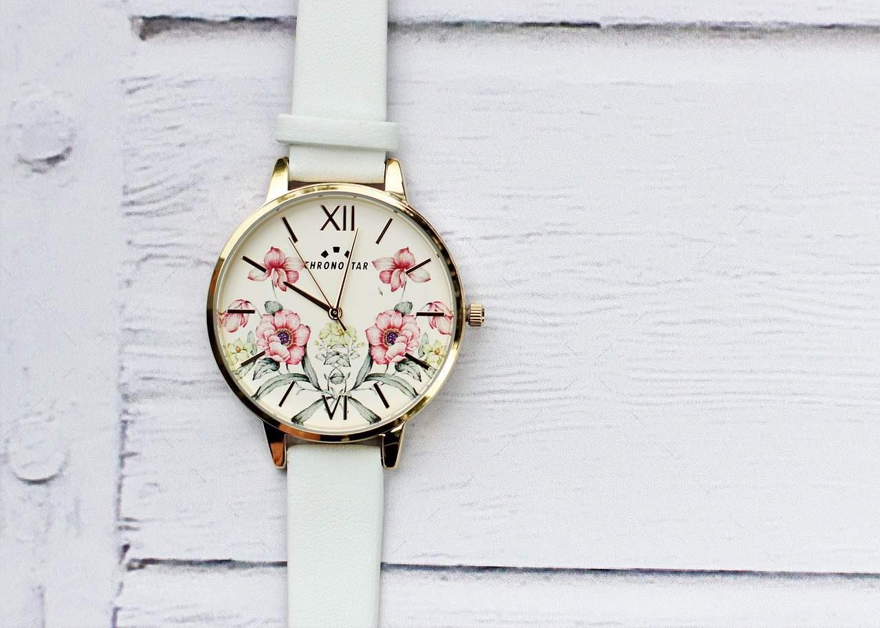 שעון עם רקע פרחים