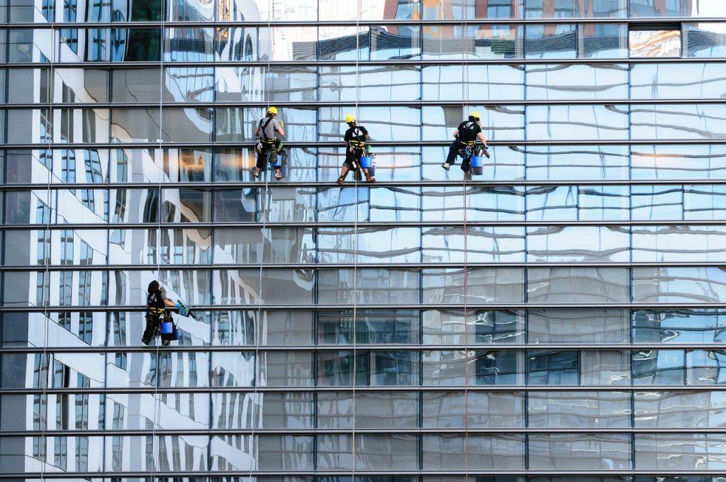 ניקיון חלונות על ידי סנפלינג