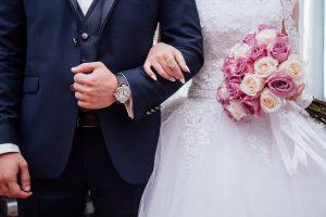 חתן וכלה משלבים זרועות
