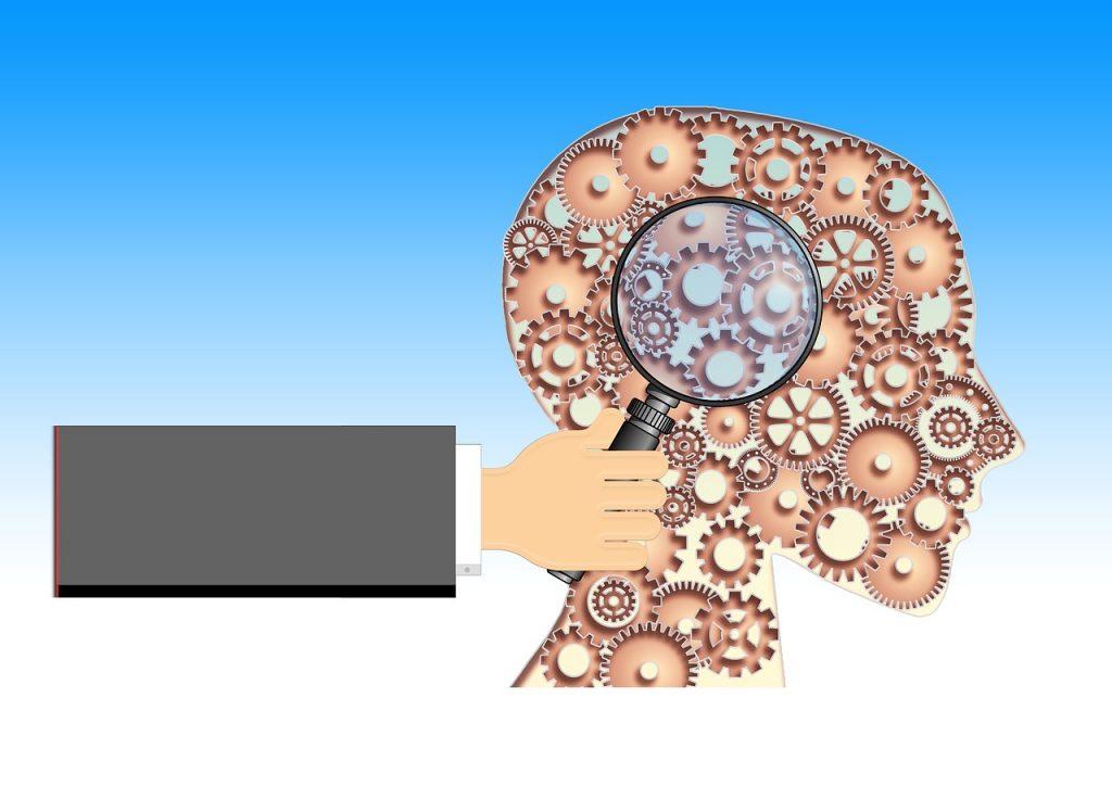 זכוכית מגדלת ומוח