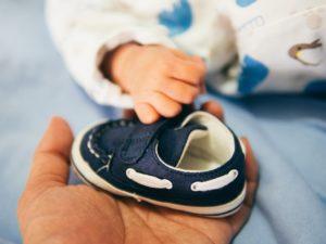 יד של תינוק ונעל
